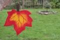 Ahornblatt groß hellrot, mit Aufhänger
