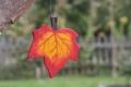 Ahornblatt klein hellrot, mit Aufhänger